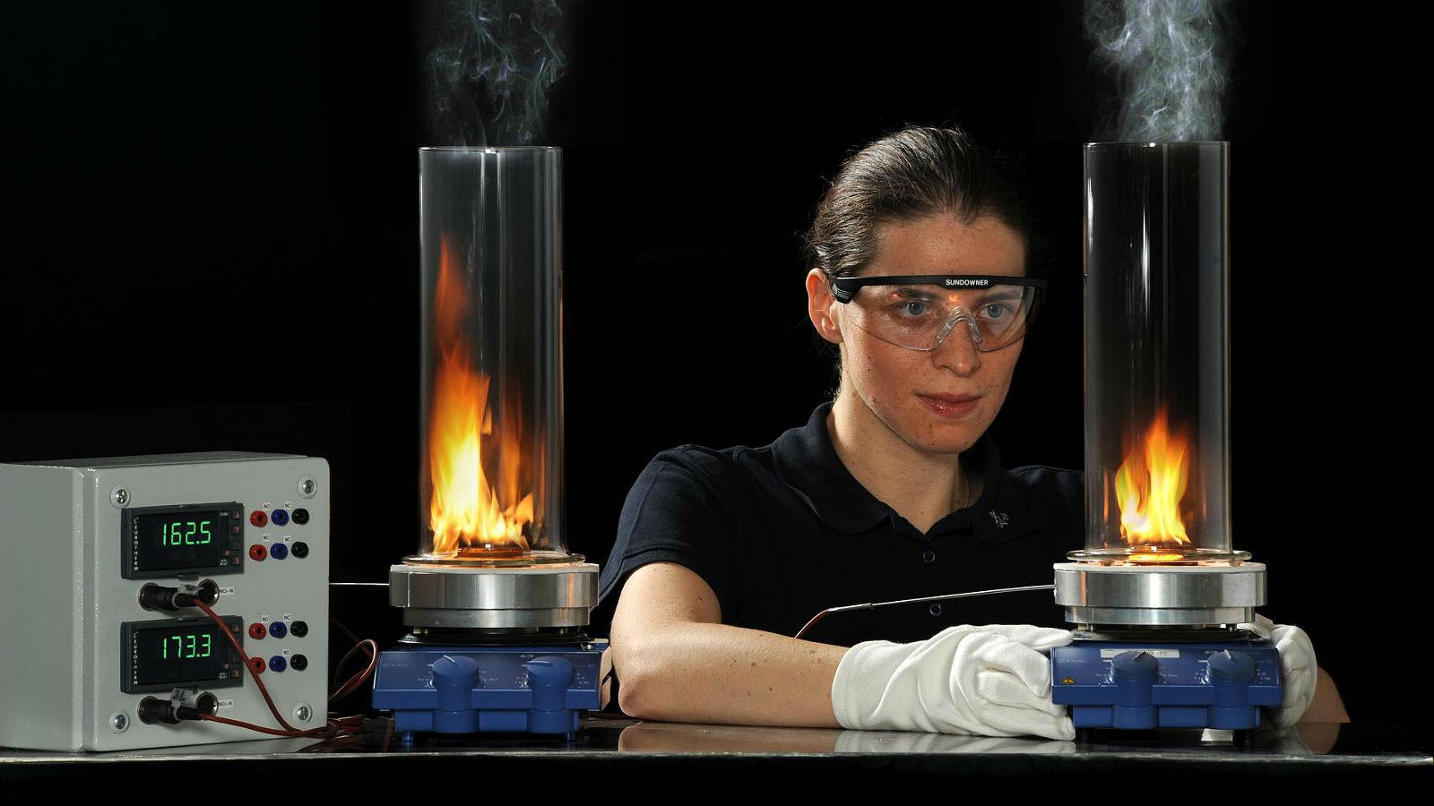 Alternative Treibstoffe werden im DLR-Labor getestet. Bild: DLR