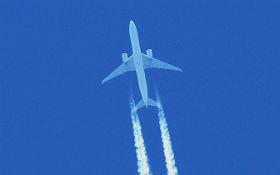 Bei niedrigen Lufttemperaturen erzeugen Flugzeuge Kondensstreifen. Bild: K.-A.