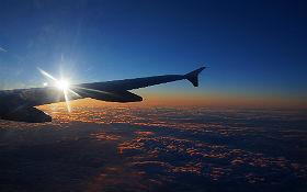 Flugzeuge gehören zu unserem Alltag. Ohne die Luftfahrt würde unsere Wirtschaft schnell zum Stillstand kommen. Und auch den Blick aus dem Fenster beim Flug in den Urlaub sollten wir genießen. Dabei gibt es sogar schon jetzt die Möglichkeit für jeden Passagier, die schädlichen Abgase auszugleichen, die ein Flug verursacht. Bild: K.-A.