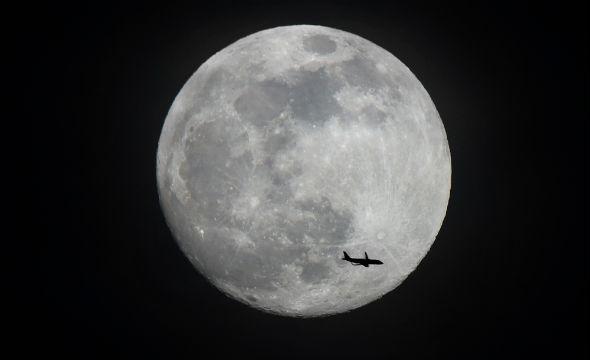 Nein, dieser Flieger ist natürlich nicht zum Mond unterwegs. Aber immerhin: Dass wir heute innerhalb weniger Stunden in weit entfernte Länder fliegen können, ist eine großartige Sache. Aber wir müssen dabei auch an die Folgen für die Umwelt und das Klima denken und da noch viel verbessern. Bild: K.-A.