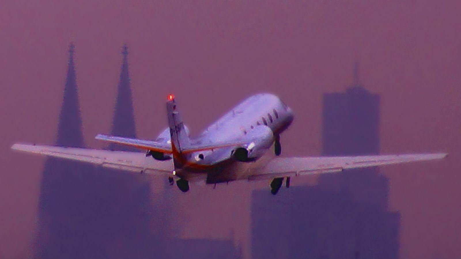 Eine kleine Passagiermaschine hebt am Kölner Flughafen ab. Bild: K.-A.