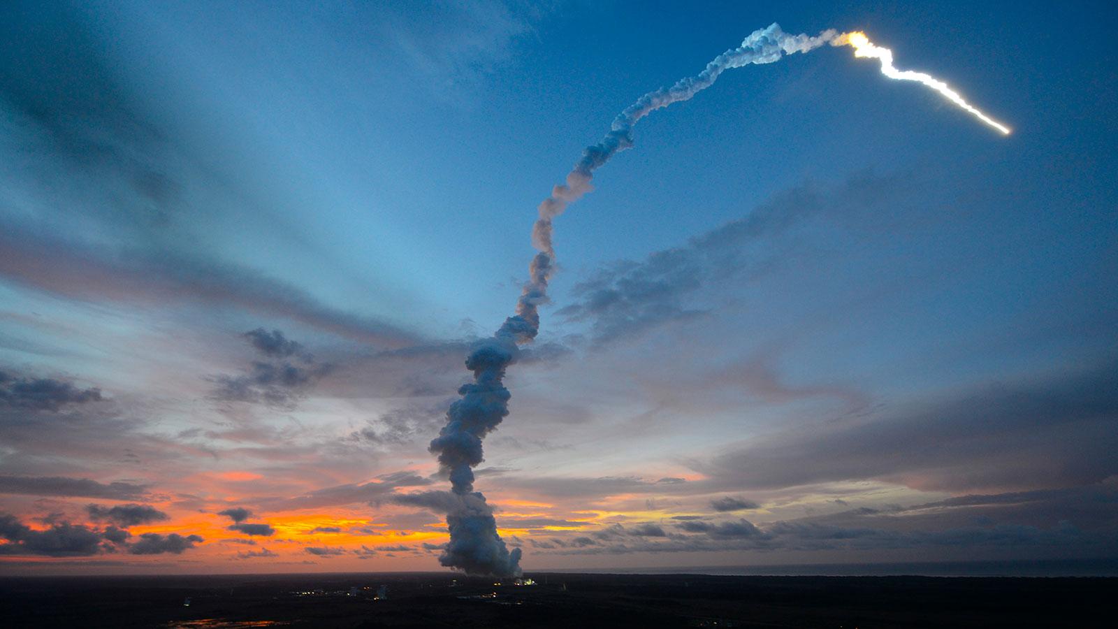 Das Bild zeigt eine Ariane-Rakete beim Start. Bild: ESA, CNES, Arianespace