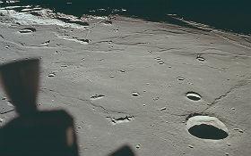 Besonders tiefe Einschläge ließen Lava nach oben steigen. Sie erkaltete, wurde fest und bildete recht glatte Flächen, auf die danach nur noch wenige Einschläge hinzukamen und kleinere Krater formten. Bild: NASA