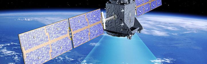 So wie in dieser Darstellung sieht ein Galileo-Satellit aus. Die Signale, die er aussendet, sind natürlich unsichtbar – die Zeichnung soll nur veranschaulichen, dass er permanent Daten zur Navigation abstrahlt. Bild: ESA (P. Carill)