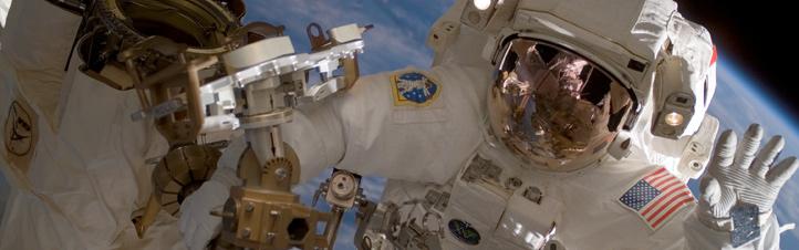 Bei Außenbordeinsätzen wird der Gesundheitszustand des Astronauten von den Ärzten am Boden überwacht. Bild: NASA