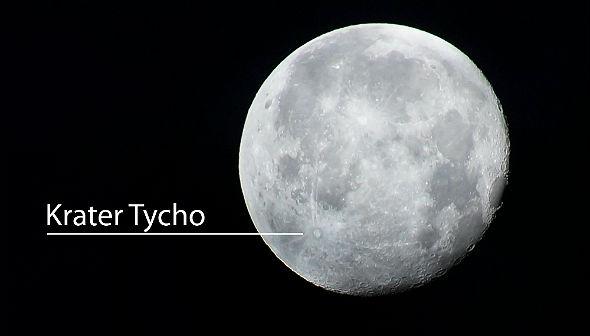 """Auf diesem Bild erkennt man links unten den großen Krater Tycho (benannt nach dem dänischen Astronom Tycho Brahe (der übrigens bei einem Duell die Nase verlor und danach mit einer """"Metall-Nase"""" (wahrscheinlich aus Kupfer) durch die Gegend lief (was aber nichts mit unserer Frage nach Mond-Äpfeln zu tun hat))). Jedenfalls hat hier (also auf dem Mond, nicht bei Herrn Brahe) ein Einschlag dafür gesorgt, dass helles Material freigelegt und weit in die Umgebung geschleudert wurde (was man noch heute an den hellen """"Strahlen"""" erkennt, die vom Krater ausgehen und weit über den Mond reichen). Bild: Dr. K.-A."""