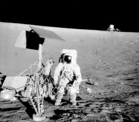 """Kleine Geschichte am Rande, die auch mit Bakterien auf dem Mond zu tun hat: Die Astronauten der Mission Apollo 12 landeten in der Nähe einer alten NASA-Sonde und nahmen Teile mit zur Erde zurück. Darauf fanden sich Krankheitserreger – und man dachte schon, die hätten die ganze Zeit auf dem Mond überlebt! Vielleicht hatte ja ein Techniker kurz vor dem Start der Sonde einen Schnupfen und sie """"infiziert"""". Später stellte sich aber heraus, dass die Geräte wohl erst nach der Rückkehr zur Erde kontaminiert wurden. Bild: NASA"""