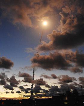 Wie ein heller Stern fliegt die Ariane auf diesem Foto in den Himmel. Bild: ESA, CNES, Arianespace
