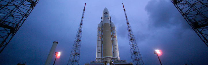 Eine Ariane 5 vor dem Start. Deutlich erkennt man die beiden Booster an den Seiten.Bild: ESA, CNES, Arianespace