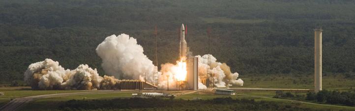 Eine Ariane-Rakete hebt ab. Um ihr gewaltiges Gewicht in den Weltraum zu transportieren, muss sie die Anziehungskraft der Erde überwinden. Bild: ESA, CNES, Arianespace (P. Baudon)