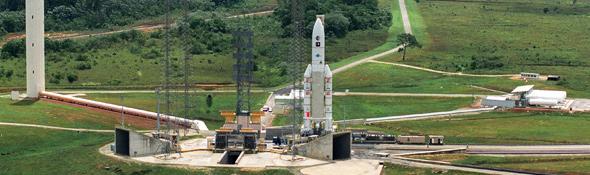 Am 24. Dezember 1979 startete in Kourou – dem europäischen Weltraumbahnhof – die erste Ariane-Rakete ins All. Seit damals sind schon über 190 Raketen von diesem Ort am Rande des Urwalds in Französisch Guyana gestartet. Das Bild zeigt eine Ariane 5. Bild: ESA, CNES, Arianespace