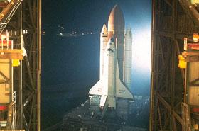Ein Shuttle wird aus der großen Halle – dem Vehicle Assembly Building – zur Startrampe gefahren. Bild: NASA