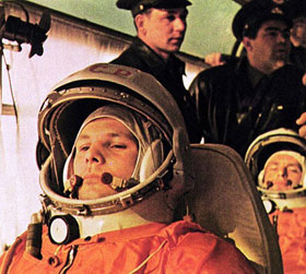 Im Kosmodrom Baikonur, dem Raketenstartplatz der russischen Raumfahrt, startete schon Juri Gagarin im Jahre 1961 als erster Mensch ins All. Dieses Foto zeigt ihn im Bus auf dem Weg zur Rakete. <BR>Bild: Roskosmos