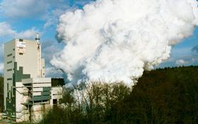 Ein Prüfstand in Lampoldshausen: Man sieht deutlich die Wolke aus Wasserdampf, die während des Tests entsteht. Bild: DLR