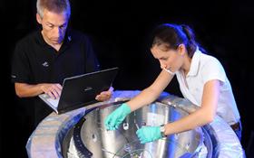 """DLR-Wissenschaftler bereiten die """"Nasenkappe"""" für einen Test vor. Bild: DLR"""