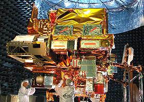 """Satelliten – hier ein Wettersatellit – sind """"Meisterwerke"""" der Ingenieurskunst: Ihre Sensoren können Einzelheiten auf der Erdoberfläche erkennen, die Temperatur der Meere messen und vieles mehr … Bild: EADS (C. Mériaux)"""