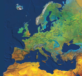 Europa ohne Wolken. Natürlich sieht man einen ganzen Kontinent eigentlich nie ganz wolkenfrei. Deshalb wurden für dieses Bild wie bei einem Puzzle viele Einzelaufnahmen kombiniert – so lange, bis man von jedem Teil eine wolkenfreie Ansicht hatte. Bild: DLR