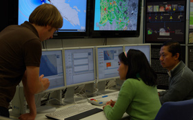 """Im Warnzentrum fließen alle Informationen zusammen. Durch eine """"schlaue Software"""" kann im Ernstfall schnell Alarm ausgelöst werden. Bild: DLR"""