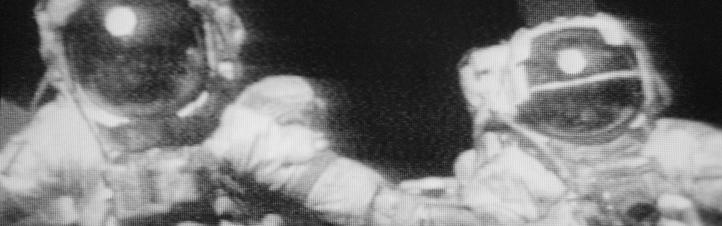 So verfolgten Millionen Fernsehzuschauer die Apollo-Missionen: Die Funkbilder – hier von Apollo 17 – waren ziemlich verwaschen und es kamen Gerüchte auf, das alles sei in Filmstudios auf der Erde gedreht worden. Stimmt aber nicht: Die Apollo-Landungen auf dem Mond fanden wirklich statt! Ihr könnt sogar selbst im Internet die Spuren der Astronauten entdecken. Bild: NASA