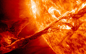 """Bei manchen Sonneneruptionen wird Sonnenmaterie in die nähere Umgebung der Sonne geschleudert – wie auf diesem Foto des Satelliten SDO, der die Sonne rund um die Uhr überwacht. Für uns auf der Erde ist das harmlos. Es kann aber auch passieren, dass ein ganzer """"Sturm"""" geladener Teilchen ausgestoßen wird. Wenn das genau in Richtung Erde geschieht, muss unser Magnetfeld """"Schwerstarbeit"""" verrichten: Es schützt uns weitgehend vor diesem """"Sonnenwind"""". Bild: NASA, SDO"""