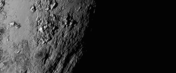 Dies ist das erste Foto, das die NASA nach dem Vorbeiflug veröffentlichte. Es zeigt Berge auf Pluto! Bild: NASA/JHUAPL/SWRI