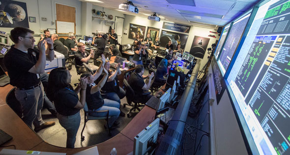 Jubel im NASA-Kontrollraum, als die Sonde sich nach dem Vorbeiflug meldet. Bild: NASA/Bill Ingalls