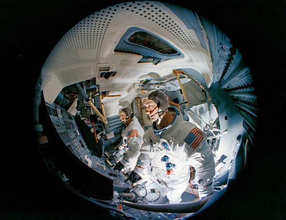 Um Gewicht zu sparen, hat die Mondlandefähre keine Sitze. Armstrong und Aldrin stehen in der Fähre. Hier ein Foto aus dem Simulator, in dem die beiden den Landeanflug oft trainiert haben. Bild: NASA