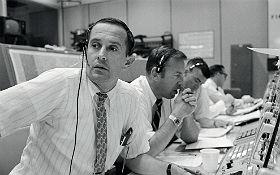 """Charlie Duke war der Verbindungsmann zu der Crew, der sogenannte CapCom. Die Abkürzung kommt von """"Kapsel-Kommunikator"""". Das heißt: Nur der CapCom durfte mit der Crew per Funk sprechen. Bild: NASA"""