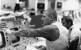 Dieses Foto zeigt den legendären Flugdirektor Gene Kranz im Kontrollzentrum in Houston (bei einer späteren Apollo-Mission). Bild: NASA