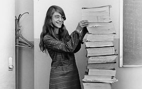 Margaret Hamilton mit einem Ausdruck der Software, die sie mit ihrem Team für die Apollo-Bordrechner programmiert hatte. Bild: NASA, MIT, Wikipedia
