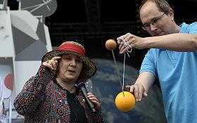 Michaela Döllinger erklärt mithilfe von Markus Pössel, wie sie einen Exoplaneten entdeckt hat. Schulen aus ganz Deutschland dürfen jetzt Namensvorschläge für den Himmelskörper machen. Bild: DLR