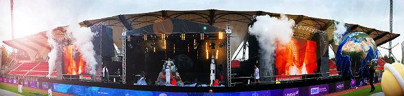 Lautstark zählten die Kinder und Jugendlichen den Countdown mit. Dann begann die DLR_Raumfahrt_Show – wie es sich für eine Gedankenreise zum Mond gehört mit einem Raketenstart und passendem Bühnennebel. Bild: DLR