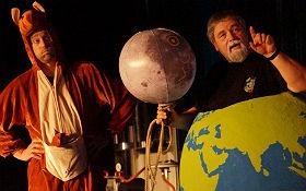 """Ein Moderator als Känguru verkleidet, der andere als """"Erde"""": spielerische Erklärungen auf leicht verständliche Art. Bild: DLR"""