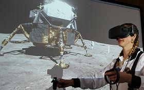 """Virtueller """"Moonwalk"""": Die Kinder schauen auf der Leinwand gebannt zu. Bild: DLR"""