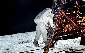 Hier klettert Buzz Aldrin, der zweite Mann auf dem Mond, die Leiter der Landefähre herunter. Neil Armstrong war vorher schon ausgestiegen und hat ihn fotografiert. Bild: NASA