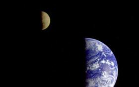 Ein Foto, das die Erde und den Mond zeigt. Diese seltene Aufnahme entstand, als sich die deutsch-amerikanische Jupiter-Sonde Galileo auf ihren Weg durchs Sonnensystem machte. Bild: NASA, DLR