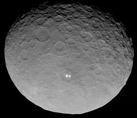 Auf dieser Aufnahme, die Dawn aus 13.000 Kilometern Distanz machte, sieht man zwei helle Flecken. Inzwischen umrundet Dawn den Zwergplaneten in wenigen hundert Kilometern Entfernung. Bild:  NASA/JPL-Caltech/UCLA/MPS/DLR/IDA