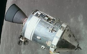 Ein Apollo-Raumschiff umkreist den Mond. Es diente den drei Astronauten zum Flug von der Erde zum Mond und zurück. Bild: NASA