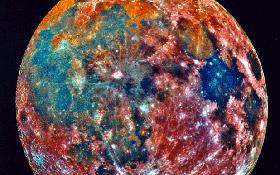 Ups – was ist da mit dem Mond passiert? Dies ist ein sogenanntes Falschfarbenbild. Die verschiedenen Farben zeigen Wissenschaftlern die einzelnen Mineralien an, die auf der Mond-Oberfläche vorkommen. Das Foto stammt von der deutsch-amerikanischen Galileo-Sonde, die auf ihrem Weg zum Jupiter auch den Mond unter die Lupe nahm. Bild: NASA, DLR