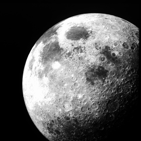 """Unser Mond. An der von Kratern übersäten Oberfläche kann man regelrecht """"ablesen"""": Hier hat es früher viele Einschläge gegeben. Die dunklen Flächen hielt man zuerst für Meere. Es handelt sich jedoch um Tiefebenen, die mit erkalteter Lava gefüllt sind. Sie sind jünger und haben daher weniger Krater. Bild: NASA"""