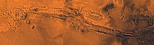 Die ersten Fotos, die Sonden vom Mars zur Erde funkten, zeigten: Dort gibt es tiefe Täler und Gräben – aber keine künstlich angelegten Kanäle, wie man früher dachte. Bild: NASA, JPL, USGS