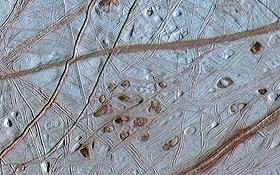 Auf dem Jupiter-Mond Europa könnte unter dieser Eiskruste ein Ozean existieren – vielleicht sogar mit einfachen Lebensformen. Bild: NASA, JPL, University of Arizona, University of Colorado, DLR