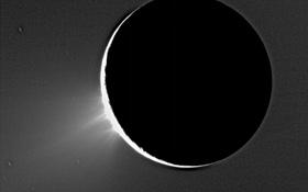 Der Saturn-Mond Enceladus hielt für die Wissenschaftler eine Überraschung bereit: Dieses Bild zeigt links unten Wasser-Fontänen – ähnlich wie bei Geysiren auf der Erde. Und wo Wasser existiert, könnte es auch einfache Lebensformen geben. <BR>Bild: NASA, JPL, Space Science Institute