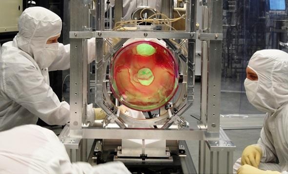 """Die LIGO-Anlage. Die Abkürzung steht für """"Laser Interferometer Gravitational-Wave Observatory"""". Mithilfe von Laserstrahlen, die durch kilometerlange Röhren geleitet werden, lässt sich die Verzerrung des Raumes zwischen zwei Messpunkten ermitteln. Bild: LIGO"""