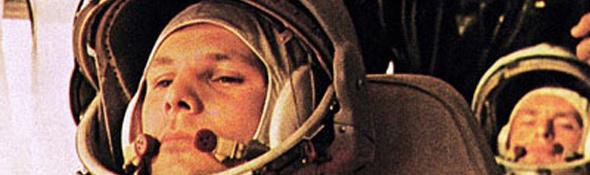 12. April 1961: Juri Gagarin auf dem Weg zum Start. Wenige Stunden später war er der erste Mensch im All. Noch heute werden die Kosmonauten – wie damals Gagarin – mit einem Bus zur Startrampe gefahren. Bild: Roskosmos