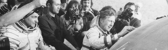 Sigmund Jähn war der erste Deutsche im All. Hier schreibt er einer russischen Tradition folgend nach der Landung sein Autogramm auf die Kapsel. Bild: G. Kowalski
