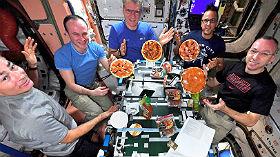 Abendessen in Schwerelosigkeit. Nach getaner Arbeit versammelt sich die Crew im Aufenthaltsraum der ISS. Man muss beim Essen nur eben aufpassen, dass die Pizza nicht davonschwebt. Bild: NASA