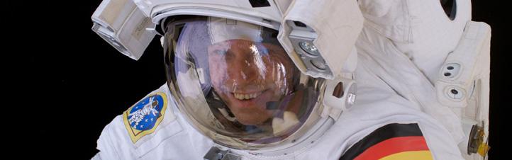 Thomas Reiter beim Ausstieg aus der ISS. Der deutsche Astronaut verbrachte ein halbes Jahr auf der Raumstation, nachdem er früher schon einmal – ebenfalls rund sechs Monate – auf der russischen MIR-Station war.Bild: ESA, NASA