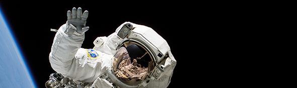 Heidemarie M. Stefanyshyn-Piper, amerikanische Astronautin, winkt in die Kamera. Bild: NASA