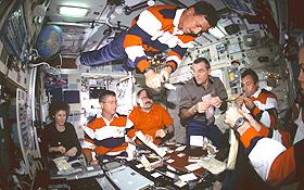 Astronauten beim Essen: Nehmen sie dabei zu viel Salz zu sich? Eine Studie untersucht das – mit überraschenden Bezügen zum Leben auf der Erde. Bild: NASA